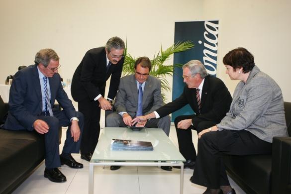 Artur Mas firma el libro digital de visitas