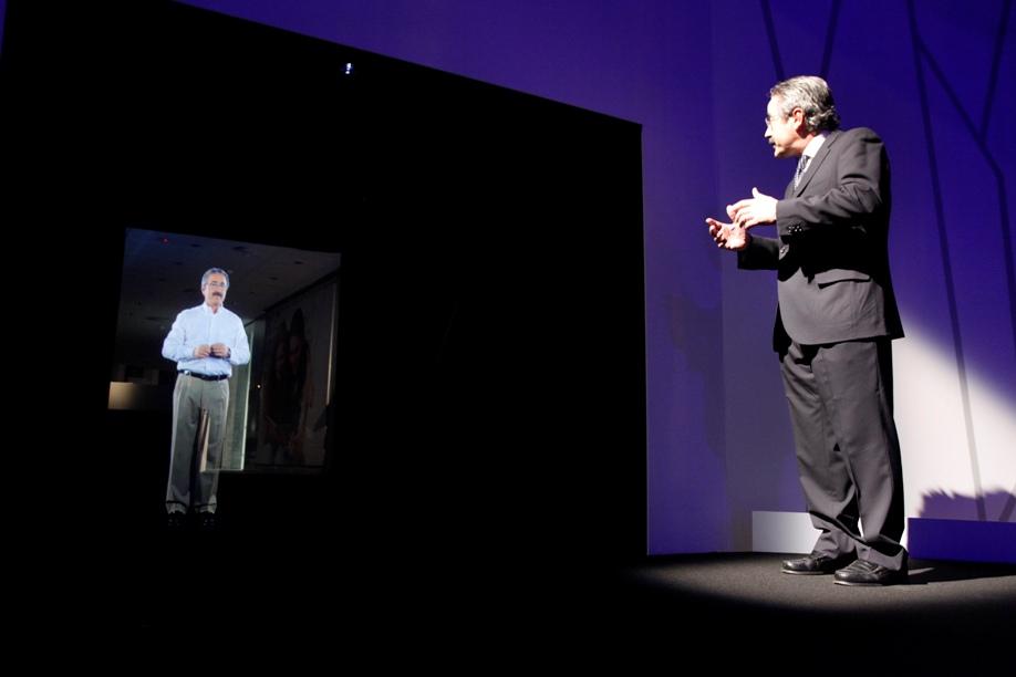 Kim Faura interactuando con su holograma